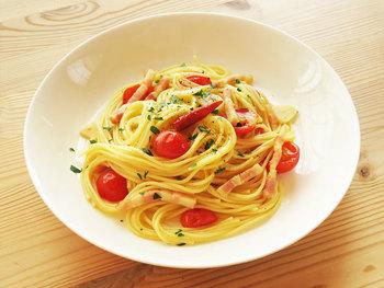 赤と黄色と緑。ホリデーシーズンにぴったりの、うまみたっぷりミニトマトとベーコンのパスタです。トマトを炒めることで、その味わいも楽しめますよ。15分以内で簡単に作れるパスタレシピは必見ですね。