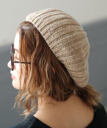 定番ニット帽以外に挑戦したいときは、「ニットベレー帽」はいかがでしょう。ニット素材は、ベレー帽のかわいらしさを存分に引き立ててくれます。ニットトップスと合わせるときは、質感を変えてみるのもポイントです。写真はシンプルなリブ編みの<select MOCA(セレクトモカ)の「ニットベレー帽」。程よいゆったりとしたサイズ感なので、被るだけで柔らかい印象です。