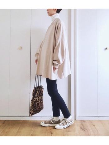 細身パンツは、ヒップや太もものシルエットがしっかり出てしまうので苦手…という方は、ワンピースとの重ね着や、長め丈のアウターを羽織ってカバーしつつオシャレを楽しみましょう。長め丈×細身パンツの着こなしは、縦のラインが強調されてスタイルアップ効果も期待できますよ。