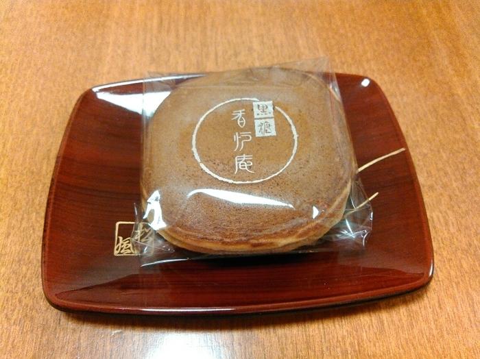 キュービックプラザ新横浜の2階にある「香炉庵 新横浜店」は元町に本店を構える和菓子店。人気の「黒糖どらやき」は、沖縄県産の黒糖を生地に練りこみ、あんこには北海道産の粒あんを使用。きめ細やかな生地とやさしい甘さの一体感は、一口食べれば虜になるおいしさです。