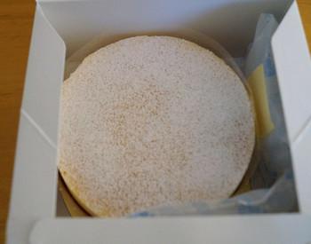 さいたま市緑区に本店を構える「CHEESE CAKEING – ef -(チーズケーキング エフ)」は、人気のチーズケーキ専門店。本店にはなかなか行く機会がないという方も、大宮駅で手軽に購入することができますよ。こちらの「ニューヨークチーズケーキ」は、北海道産のクリームチーズをじっくり焼き上げた濃厚な味わいで大人気。