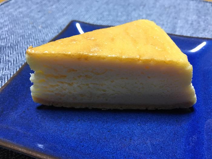 オーソドックスな「ベイクドチーズケーキ」もおすすめ。種類が豊富で、ホール以外にもカットケーキのラインナップも充実しているので、チーズ好きの方への手土産にいかがでしょうか?