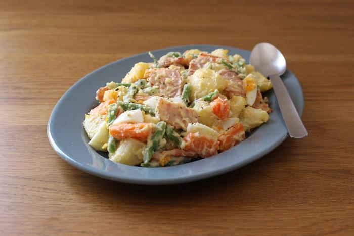 野菜もいっぱい食べられるポテトサラダは、みんな大好き!ハム派のあなたもぜひ一度ベーコンで作ってみてください。ベーコンをカリッカリに焼いて出た脂も大切に味わうのがおすすめです。