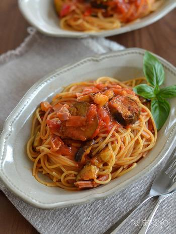 なすとベーコン、にんにくを炒めたら、トマト缶を煮詰めてパスタを和えて、いただきます。ベーコンと相性のいい食材だけを使って旨味をたっぷり味わえるから、きっと褒められレシピに加えたくなるはず。