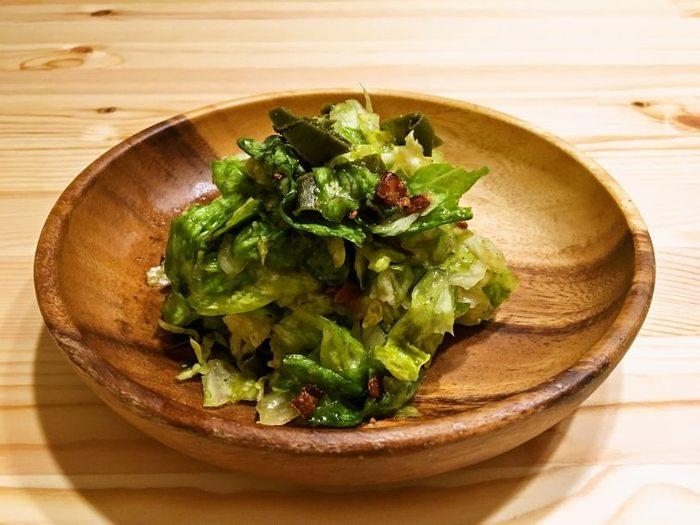 ベーコンをごま油でカリカリに炒めて、レタスと和えたサラダです。シンプルな味付けだからこそ、ベーコンのおいしさが引き立ちます。レタスの保存方法などもご紹介しているので、ぜひリンク先をチェックしてみてくださいね。