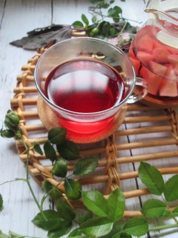 """女性の味方""""ハイビスカス""""とビタミンを豊富に含む""""ローズヒップ""""に、甘い桃を加えて飲みやすく。お肌を健やかにしながら、身体を温めてくれる、冬には欠かせない一杯です。"""