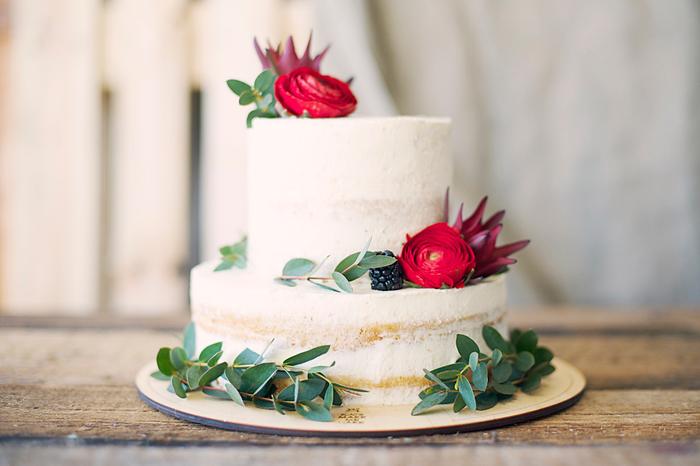 そして、お花と同様に選ばれることが多いのが「お菓子」。特にデコレーションケーキは、デザインの自由度が高いのでお祝い向きです。赤をアクセントにしたデコレーションを注文しましょう。