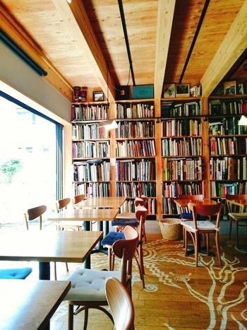 店内は、木の温もりを感じるウッディでやさしい雰囲気。床の絵は、先ほどご紹介した飯沢耕太郎さんが描いたもので、アートやインテリア好きの方も楽しめるカフェです。