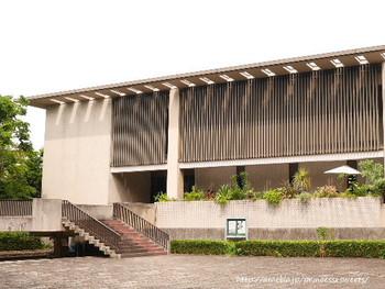 日本文学が好きな方に、ぜひ訪れてもらいたいのが「BUNDAN(ブンダン)」。京王井の頭線の駒場東大前駅から歩いて7~8分ほどの緑豊かな駒場公園内にあります。