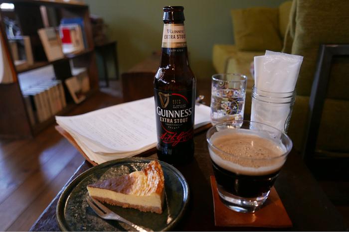読書とお酒の組み合わせも、大人ならではの楽しみ方。ギネスビールにぴったりのチーズケーキは、芳醇なバニラの香りが漂います。読書以外にも、書きものをしたり考え事をしたり…思い思いの時間を過ごせます。ひとり時間を楽しみたくなったら、ぜひ足を運んでみませんか?