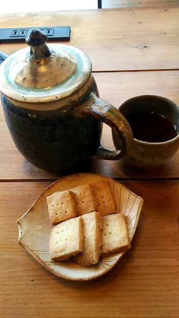 三軒茶屋のOBSCURA COFFEE ROASTERSの豆を使ったコーヒーと、カルピスバターが入ったショートブレッドの組み合わせもおすすめ。素朴な器にほっこりします。