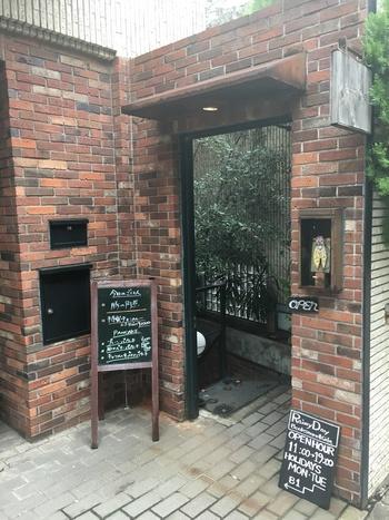 表参道の駅から歩いて15分ほどのところにある「Rainy Day Bookstore & Cafe(レイニーデイ ブックストア アンド カフェ)」は、出版社が経営しているブックカフェです。