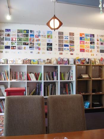 店内では、アートや建築系の本をはじめ、絵本や小説などさまざまなジャンルの本を手に取って読むことができます。おうちのリビングのようなアットホームな雰囲気も人気です。