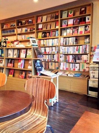 文学を中心に、美術や音楽、歴史などいろいろなジャンルの古書が並ぶ店内。表紙を眺めているだけでも楽しくなります。ブックカフェとしては珍しく、お店の本は購入することができます。