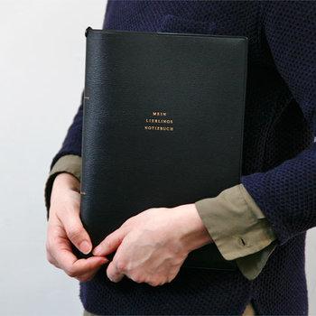 水や汚れに強い素材で作られたノートカバー。また、シンプルなデザインなので、お仕事でも気にせずに使っていただけます。