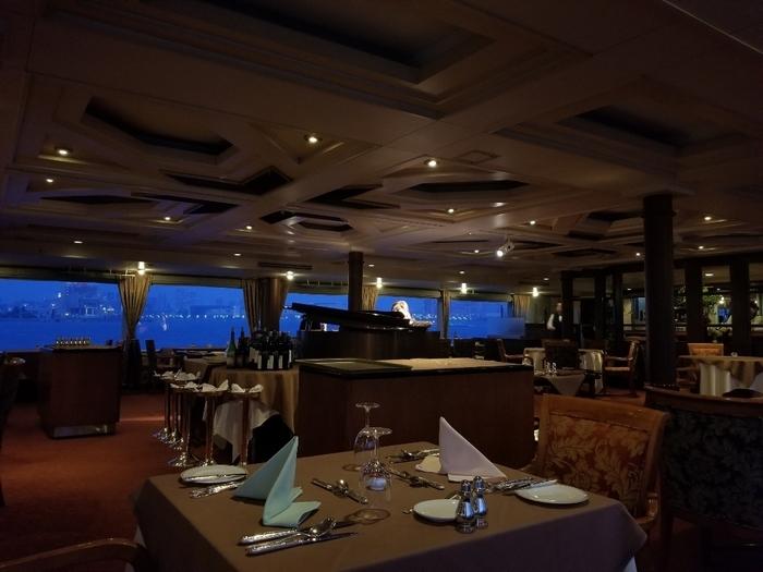 クリスマスシーズンは、特別なコース料理も用意されているので、夜景を見ながらシックでロマンティックな雰囲気も味わえます。