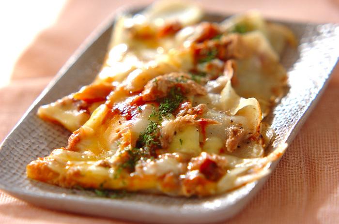 余りがちな野菜のたまねぎとじゃがいも、これまた家にありがちなツナ缶で作れるレシピです。じゃがいもがピザ生地の代用になり、フライパンで焼き上げるピザです♪