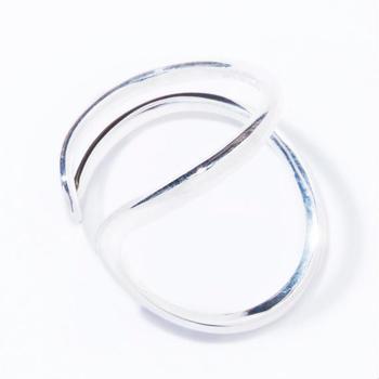華奢な印象の「carving ring」は、普段あまりボリューム感のあるジュエリーを身に着けない人でも挑戦しやすいアイテム。 他のリングとの重ね付けも映えるデザインです。