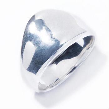 """ピンキーリングとしても人気の「bulge ring」。 リング幅の大きく、少し""""ごつめ""""の印象を与える一方で、ゆるくカーブしたデザインが華やかさも演出。シンプルでありながら、個性的なアイテムです。"""