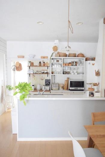 ナチュラルインテリアがとっても素敵なこちらのブロガーさんも、キッチンの壁面収納を模様替えされています。  背の高い収納家具ですが、置かれている物は白やナチュラルカラーが多く、さほど圧迫感があるわけではありませんが…