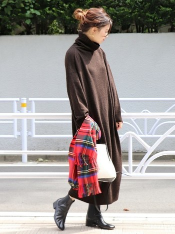 ニットワンピースの柔らかさを高めてくれるのが、ボア素材のショルダーバッグ。赤いチェックのストールが差し色に。