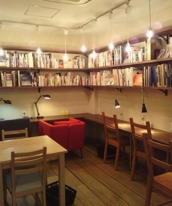 眺めて楽しめる本を中心に、蔵書は約1,300冊ほど。蔵書はすべて読むことができますが、販売もしているので取り扱いは慎重に。壁際の席にはデスクライトがあって、静かに勉強をしたい方にもおすすめ。