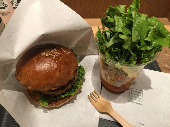 自然に作られたオーガニックにこだわり作られたハンバーガー。新鮮な野菜たっぷりのコールスローとともにいただきます。ジャンクなものを思いっきり食べたい時にぴったり。有機ビールと合わせて楽しんでもいいですね。