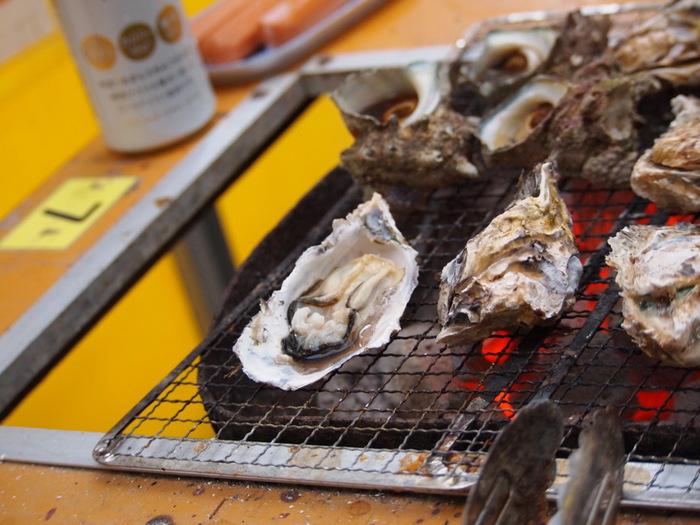 牡蠣小屋は、セルフ式で牡蠣を焼いて食べることができるお店です。10月下旬~4月頃までシーズン限定で営業しています。海辺に近い場所に多く、新鮮な牡蠣を堪能できるのが何よりの魅力!基本的に焼き牡蠣メインですが、それ以外にも新鮮な魚介を一緒に焼いたり、さまざまな牡蠣料理を楽しめますよ。食べ放題のお店が多く、お値段がリーズナブルなのも嬉しいですね。