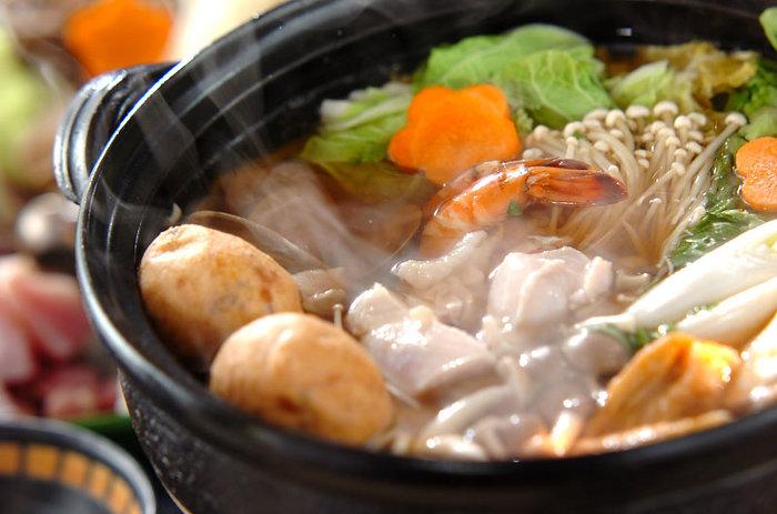 あるものでさっと作れる、カンタンでおいしいお鍋の定番と言えばやっぱり「寄せ鍋」。  お肉・海鮮・きのこにたっぷりのお野菜を入れて栄養満点! いつでもどこでもだれとでも、おいしく囲めるお鍋ですね。