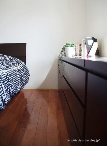 日本の住宅事情によるお悩みで「お家全体がなんだか狭い」というお悩みは多いもの。  寝室もその例にもれず、狭くてくつろげない…と感じている方も多い模様。
