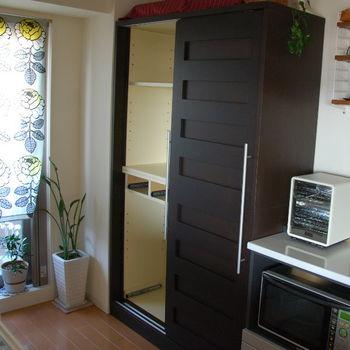 一度食器を全て出し、棚板も外してみましょう。ゆとりがない状態の場合、棚板の位置から考える必要があります。