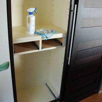 食器棚内部は意外にほこりがたまりやすい所。普通に水拭きすると乾燥に時間がかかりますので、洗濯機で脱水したり固く絞ったふきんに乾いたふきんを重ねるなど、水分が少ない状態の布で拭くのがおすすめです。  ※食品用アルコールで仕上げ拭きがおすすめですが、棚板の塗装によってはアルコールNGの場合がありますので、目立たない所で一度試してから使用するようにして下さい。