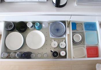 食器の下に滑り止めシートを敷くのもぜひこの機会に。地震の時、食器が破損するリスクが軽減されます。また、普段から使っている場合は、新しい物に交換するのにいいタイミングです。