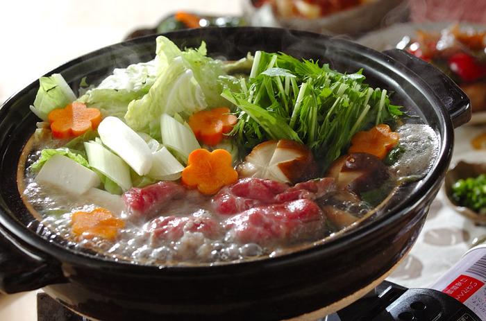 お野菜をお肉で巻いて食べてもおいしくて、お鍋と言えばやっぱり「しゃぶしゃぶ」派という方も多いのでは?ポン酢やごまだれなど、いろんなつけだれで鍋を囲む人それぞれが楽しめるのもしゃぶしゃぶの魅力ですよね。