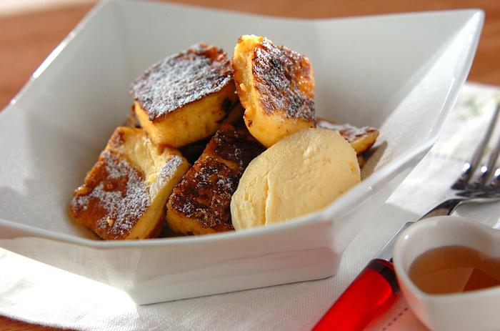 焼いたばかりのパンケーキを大胆に卵液に浸け込み、さらにフレンチトースト仕立てに!なんとも贅沢で罪深い味のレシピです。パンケーキにはしっかりと立てたメレンゲを使うことで、卵液が染み込みやすくなるようふんわり焼き上がりますよ。
