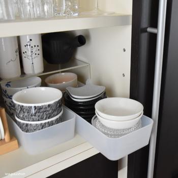 重ねすぎると使いにくいばかりか、食器を傷める原因にもなります。食器棚の高さと奥行きがある場合、コの字ラックで上下に区切って、このようにプラケースと組み合わせるとスペースを無駄なく使う事ができます。