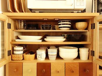 棚板を増やしたい時は、厚みのある板を使うとスッキリまとまります。食器棚のサイズを控えておいてホームセンターなどで相談すると、棚板向きの素材を教えてもらえます。サイズカットも可能な店舗も多いので、ぜひサービスを利用してみましょう。