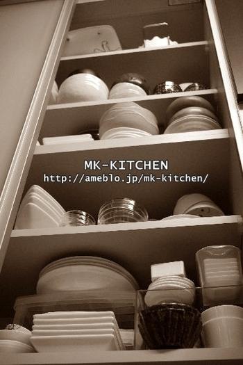 「食器棚の中に入っているからOK」ではなく、無理をして収めていないかも確認が必要です。棚を下から見上げて見て棚板から食器がはみ出ている場合は容量オーバーです。その場合は、食器を減らすか棚を増やす必要があります。