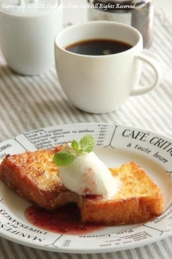 牛乳の代わりに生クリームを使った、ちょっと贅沢なレシピ。食パン1枚につき生クリーム40ccで作れるので、他のお料理で使った生クリームが余ったときの消費レシピとしても便利です。濃厚でリッチな味わいが楽しめますよ♪