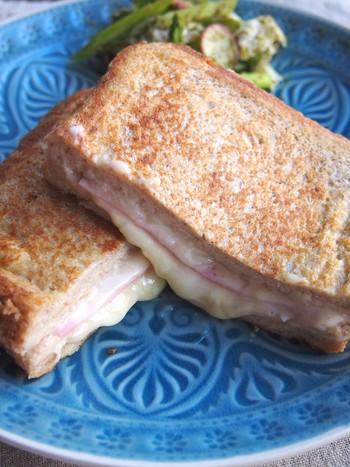 牛乳・バター不使用。ハムチーズを挟んだ食事系フレンチトーストレシピです。豆乳を使っており、砂糖控えめかノンシュガーでも美味しいですよ。全粒粉パンやライ麦パンを使えば、より風味豊かに楽しめそう!