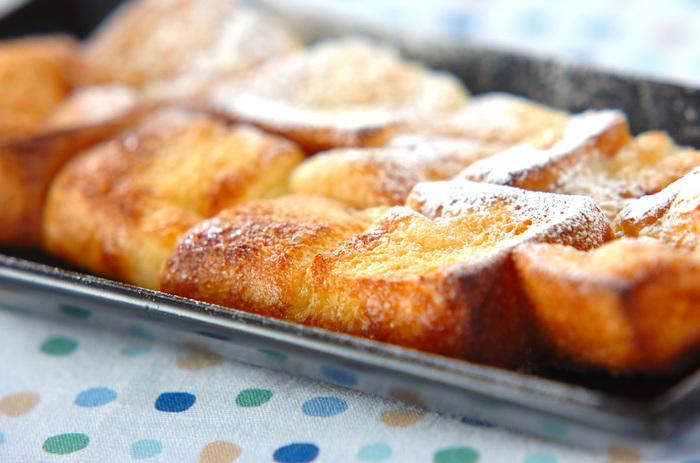こちらはオーブンを使った大好評レシピ。外はしっかりカリッと香ばしく、中はフレンチトーストらしくもちもちに焼き上がります。焼き時間15~20分と少し長めですが、オーブン任せで一気にたくさん作ることができるのがメリットです。新たな食感に出会いたい人も、家族が多いご家庭も、ぜひ一度試してみて!