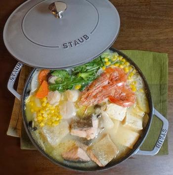 鮭の名産地・北海道石狩地方の郷土料理「石狩鍋」。ぶつ切りの鮭を主役に、海鮮やお豆腐・お野菜をだしの効いたみそ仕立てのおつゆで煮込む、やさしい味の鍋料理です。  豆乳仕立てにしたり、ミルクやバターを入れて洋風にしたりとアレンジも楽しいスペシャルなお鍋ですよ!