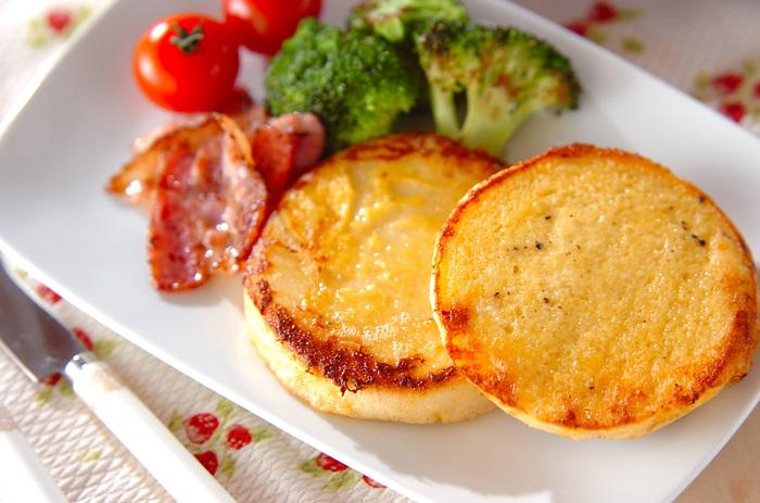 イングリッシュマフィンを使った、食事系の人レシピ。バターとチーズの風味と香ばしさが堪りません。イングリッシュマフィンさえあれば粉チーズで気軽に作れるのも◎!朝食として、カリカリに焼いたベーコンと一緒に楽しみたいですね♪