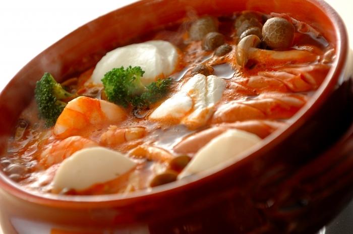イタリアンな鍋メニューとして近年地位を確立しつつある「トマト鍋」♪  エビやブロッコリー、ウインナーを入れて、オリーブオイルの風味を効かせるのがポイントです。 とろ~りやわらかいモッツァレラチーズとトマトスープの相性も最高!