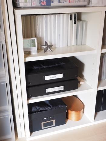 毎日のように届くDMなどの郵便物。「後で整理しよう」とその辺に置いておくと、どうしても溜まってしまいがちです。玄関にゴミ箱やシュレッダーを置いて、必要ないものは靴を脱ぐ前に捨てられるとベストです。必要なものは、一旦放り込んでおける箱やクリアケースを活用して、すぐに仕舞いましょう。