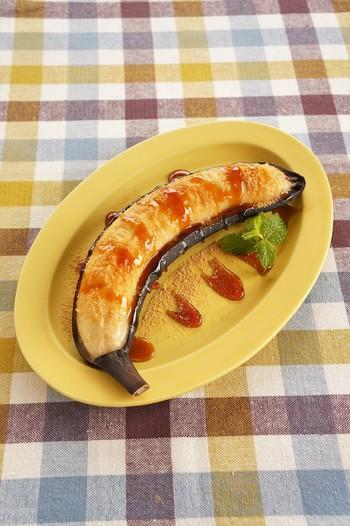 バナナをそのまま皮ごとトースターで焼き上げます。皮が真っ黒になったらできあがり。黒蜜ときな粉のをプラスして和風テイストに。ねっとりした食感と濃厚なバナナの甘みがよく合います。