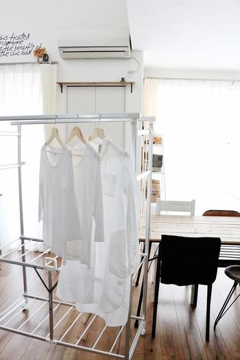 その日着て洗わないお洋服を、床に直置きしたり、椅子の背にかけたりしていると、お部屋が散らかって見えてしまう原因に。ハンガーにさっと吊るして、一晩風を通してからクローゼットに仕舞いましょう。臭いやダニも付きにくくなりますよ。