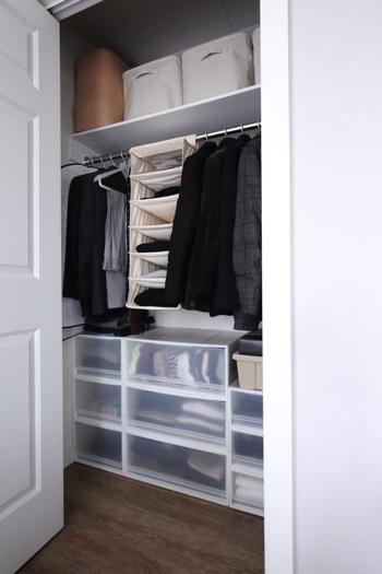 季節が変わるたびに行う衣替えは、手持ちの服を把握し、いらないものを手放すチャンスでもあります。まずは全ての服をクローゼットや衣装ダンスの外に並べてみて、もう着ないものは手放しましょう。あまり多い枚数を持ちすぎず、頭の中で把握できるぐらいの洋服量をキープしておくと、お部屋がすっきりするだけでなくコーディネートも楽になりますよ。