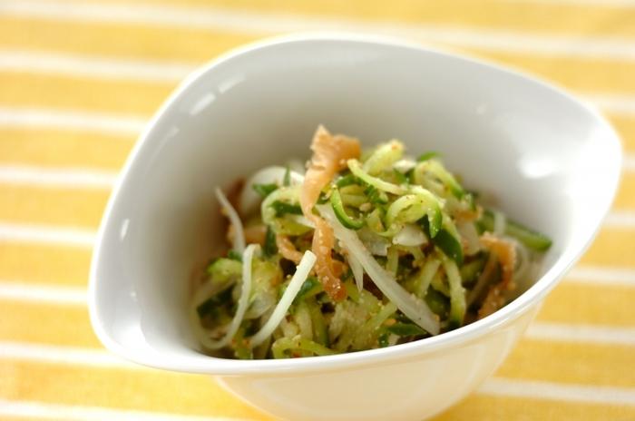 きゅうりとたまねぎ、そしてザーサイのみの食材で作るレシピです。味つけはすり白ゴマだけですが、きゅうりの塩気もあり絶妙なおいしさに。