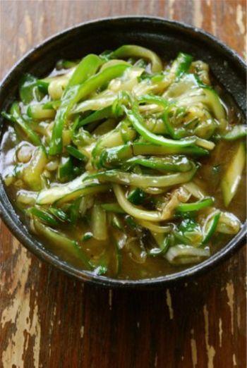 きゅうりとピーマンに、あとは長ねぎをプラスして作るレシピです。片栗粉でとろみがつき、中華風の仕上がりに♪さっぱりと食べやすい一品です。